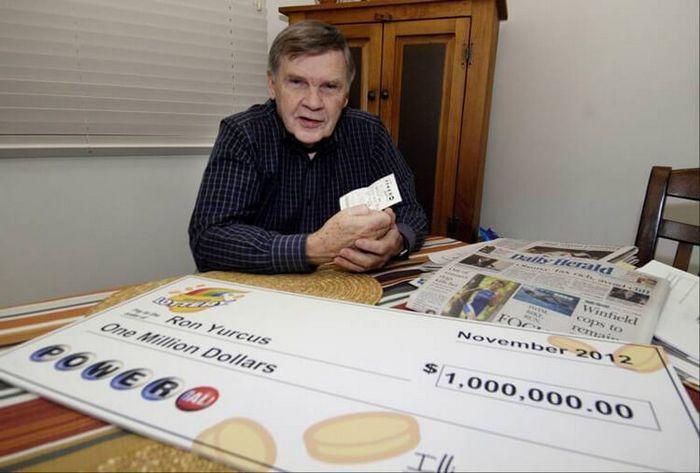 Рон Юркус из Иллинойса приобрел лотерейный билет в августе 2012 года и надолго о нем забыл.